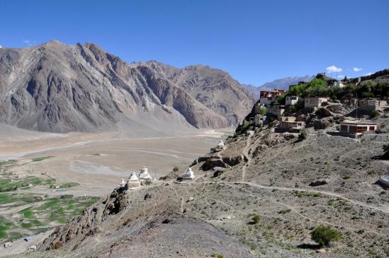 La vallée de la Zangskar Chu depuis le belvédère sur lequel est érigée la gompa de sTongde
