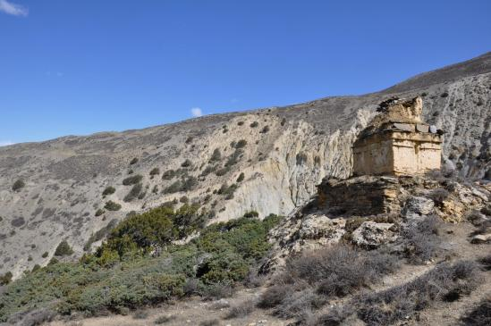 Passage au chörten qui précède la traversée d'une nouvelle branche de la Madhi khola (on voit le sentier en face dans le coteau)