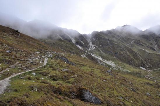 Depuis les alpages, le Phortse La est à droite, mais le col à franchir est celui de gauche.