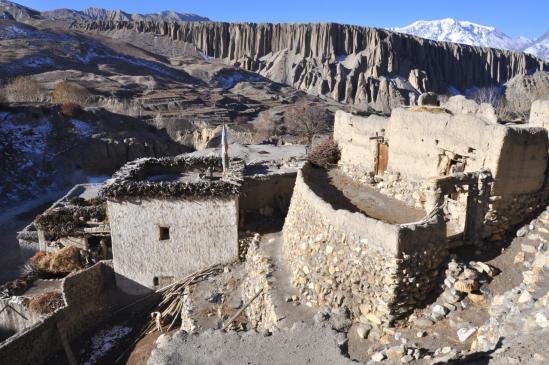 Le village de Yara et ses falaises ornées de pénitents