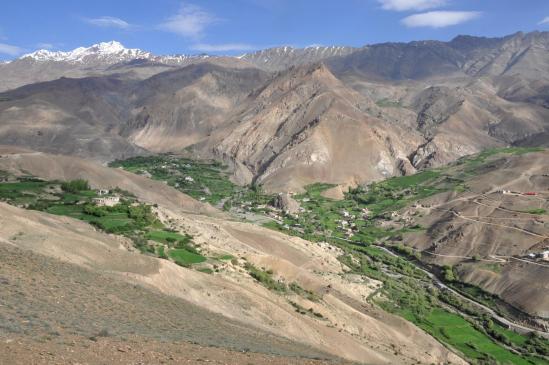 Depuis les crêtes de Phu, vue plongeante sur la vallée de Chaskol et au fond le sommet du Natkul