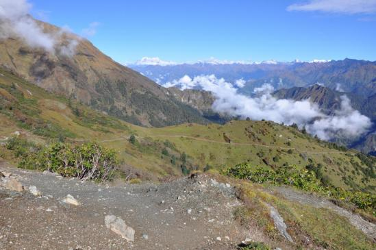 Au-dessus de Thankur, au loin les montagnes du Dolpo
