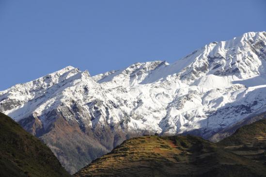 Les montagnes du Puta himal au-dessus des champs en terrasse de Tarakot
