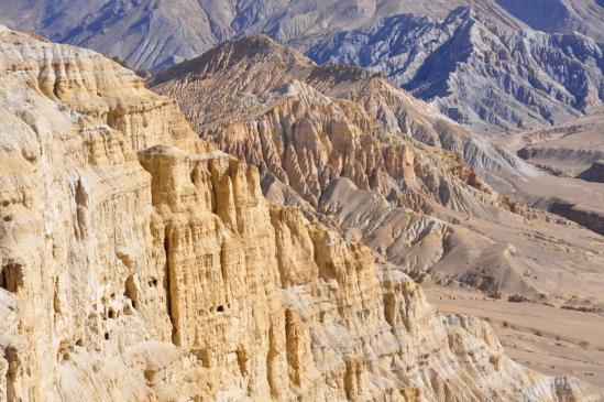 De la crête, on domine les falaises de la vallée de la Tumu khola