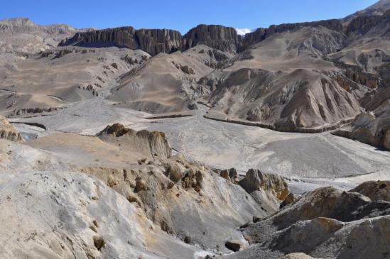 Sur le sentier ludique, on prend de la hauteur pour apprécier le superbe panorama offert par la vallée de la Kali  Gandaki
