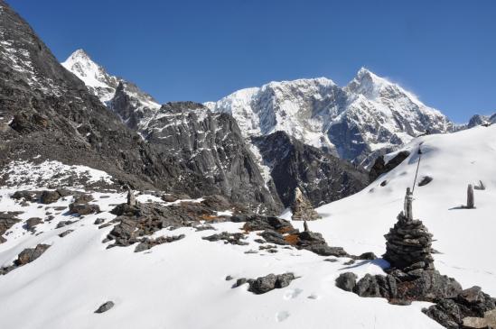 Passage du Gyajo La avec le sommet du Numbur