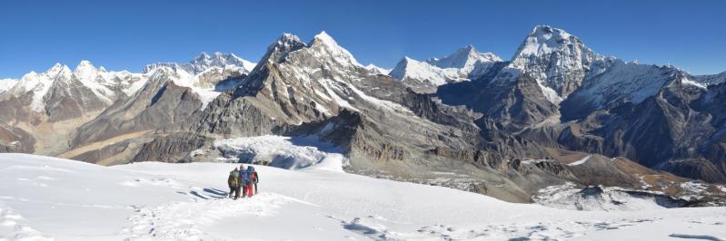Les quatre 8000 en arrière-plan de G à D : l'arête sommitale du Cho Oyu, Sagarmatha, Lhotse et Makalu (au milieu le Peak 41 et à droite du Makalu le Chamlang)