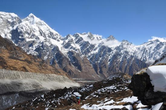 Sur le chemin de descente du Gyajo La, on découvre peu à peu la vallée du Likhu glacier