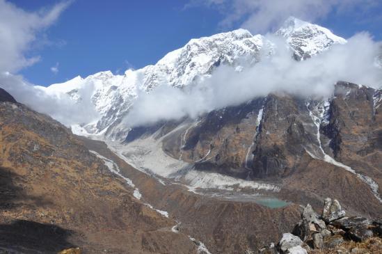 Sue le chemin de descente du Gyajo La, on découvre peu à peu la vallée du Likhu glacier