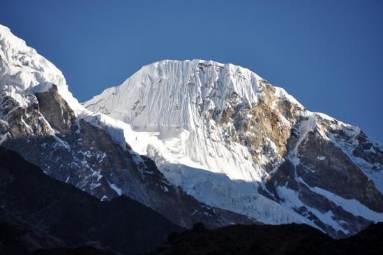 Seul moment du parcours où il se découvre, le Parchamo apparaît tout en haut de la vallée du Likhu glacier