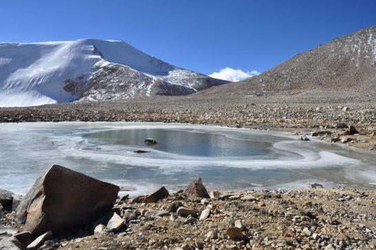 Les petits lacs sur la moraine, emplacement du camp