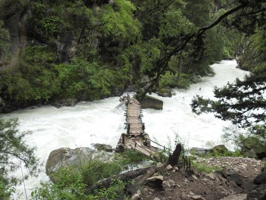 Quelques problèmes de maintenance dans les gorges de la Phoksumdo khola... d'où la déviation par l'ancien sentier