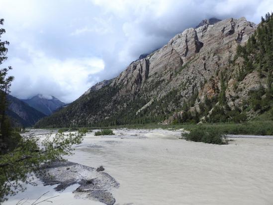Pendant l'été, la Phoksumdo khola, en amont du lac, prend ses aises...