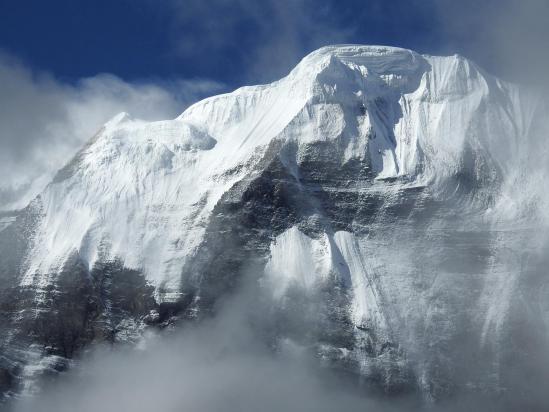 Au réveil, vision fugitive de la crête glaciaire du Kanjiroba (6612m)