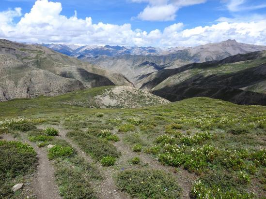 Au cours de la descente du Sela La, le panorama s'ouvre sur le NE du Dolpo