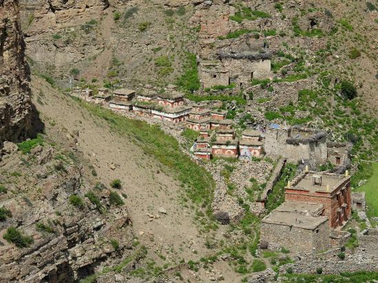 Le site de Namgung Gompa vu du sentier d'arrivée