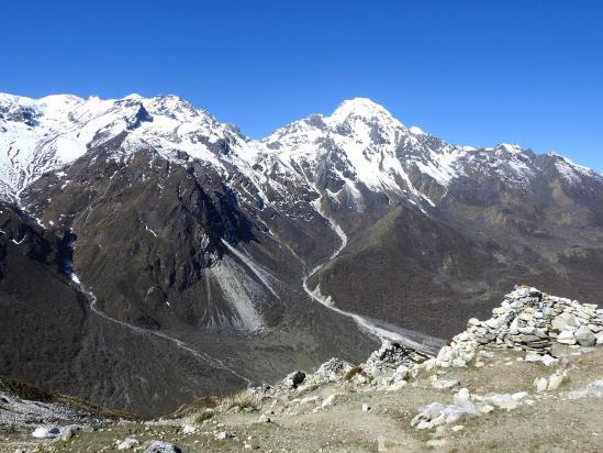 Sur le chemin-balcon, panorama sur le Naya Kanga et à sa gauche le large passage du Ganja La