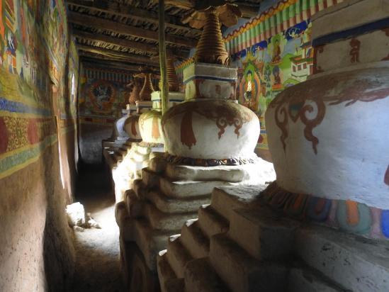 La salle aux chörtens de la gompa de Yangser