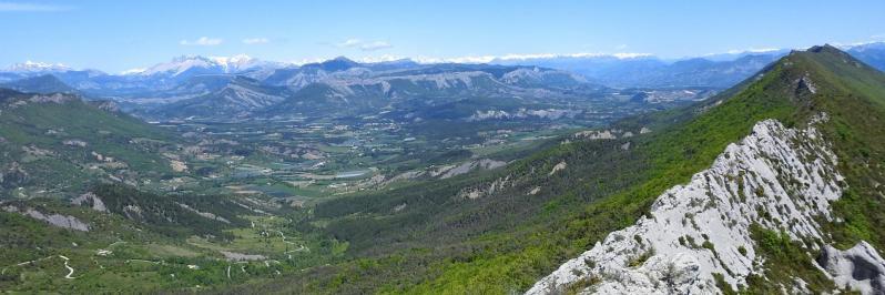 Sur les crêtes de la montagne de Chabre avec les massifs du Dévoluy et des Ecrins à l'horizon