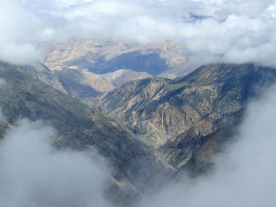 Apparition soudaine de l'enfilade de la vallée de la Kyalungpa khola (Sangta à droite, le Mustang au fond)