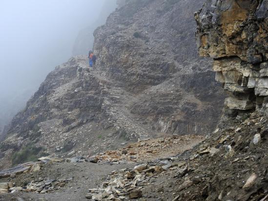 Sur le sentier-balcon en RD et à hauteur de la Kyalungpa khola