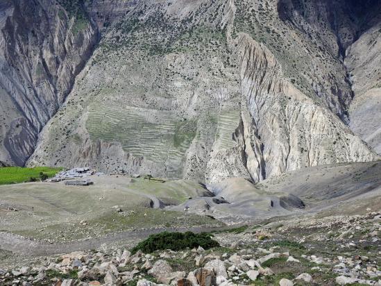 On s'élève depuis le village de Sangta pour rejoindre le lieu de bivouac sur le plateau