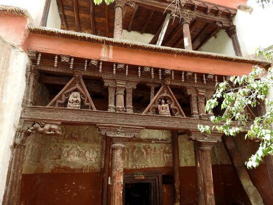 L'entrée ouvragée d'un des temples d'Alchi