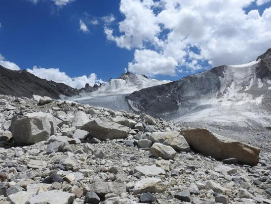 Vue arrière sur le glacier N alors que l'on a retrouvé le gazon...