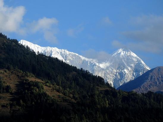 La crête du Numbur et le Khatang au fond de la vallée de la Dudh Kund khola