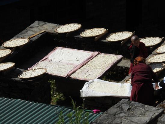 Préparation du fromage au monastère