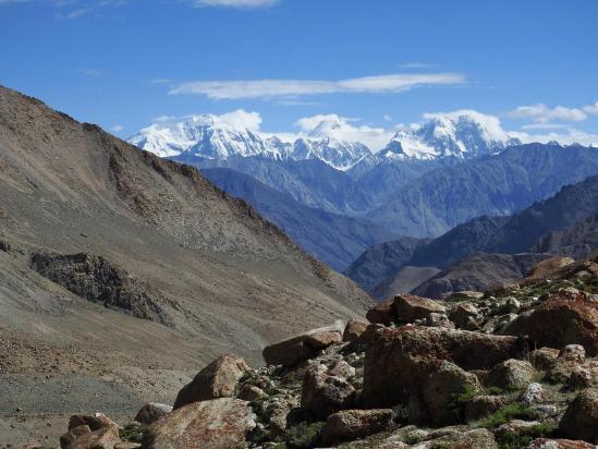 Sur les moraines menant au Dawa peak ABC, on dispose d'une large vue sur le massif du Saser kangri