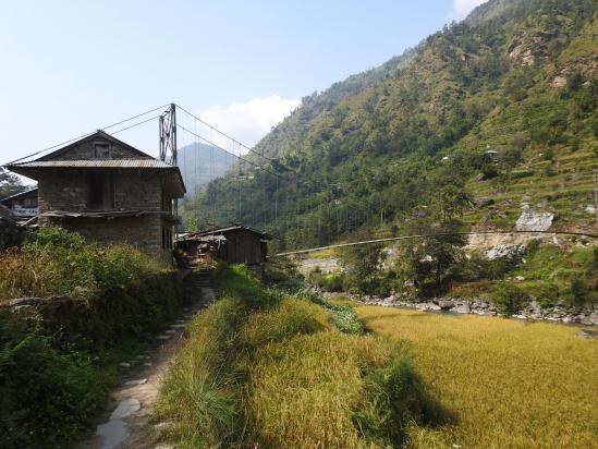 La passerelle sur la Likhu khola