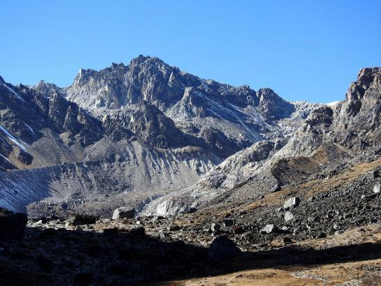 Le cirque minéral du Lumbasumba glacier à l'entrée duquel on établit le camp sur les dernières banquettes herbeuses