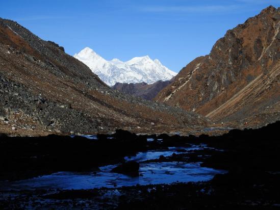 Descente de la vallée de la Lapsi khola avec le Makalu qui s'affiche à l'horizon