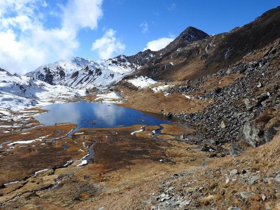 Vue arrière sur le plateau des lacs en montant vers le Popti La