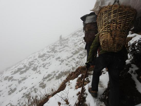 En automne, il faut être très prudent sur la neige glacée qui recouvre le chemin