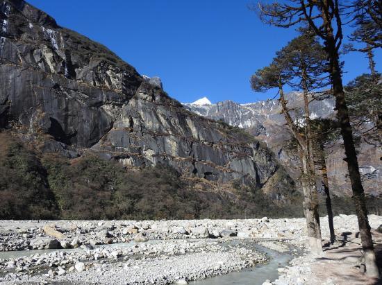 En amont de Yangri kharka le paysage a bien changé depuis le printemps 2017...