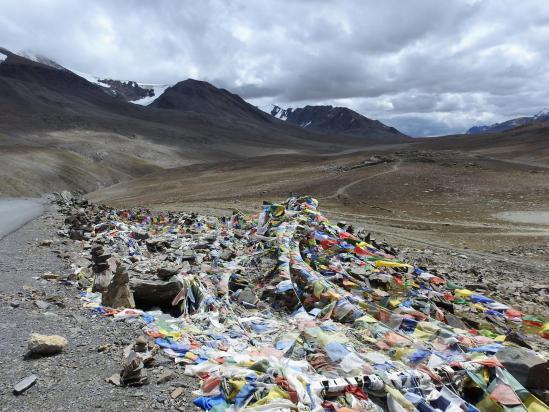 La route de Manali à Srinagar franchit le Paralatse La N à 4890m. Ca vaut bien quelques drapeaux, non ?