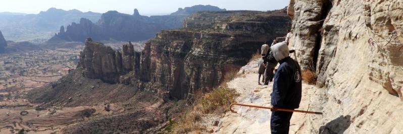 Sur la vire qui conduit à l'église de Daniel Korkor (massif du Gheralta - Ethiopie)