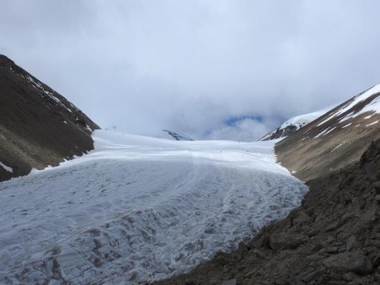 Le grand glacier qui descend du col entre Lungser Kangri à gauche et Chamser Kangri à droite