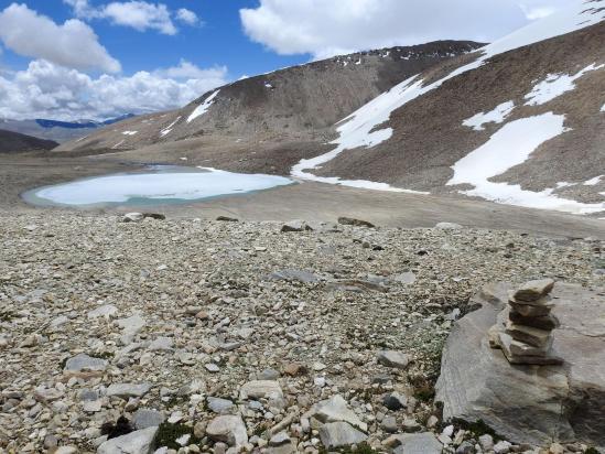 Remontée de la combe pierreuse au-dessus du lac morainique