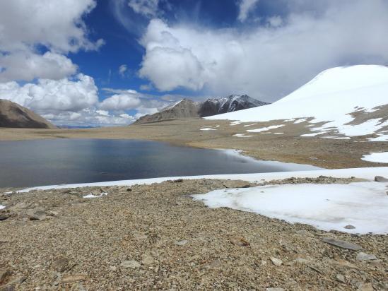 A l'approche du lac, vue sur le sommet du Shukule II à droite et en face la vallée de descente vers Shurok sumdo