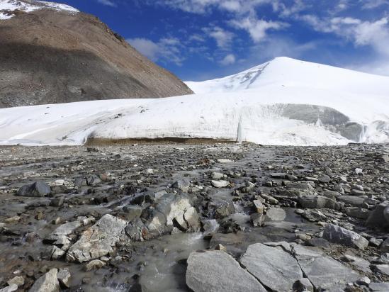 On passe au pied de la langue glaciaire qui descend du vallon qui sépare les Shukule I et II