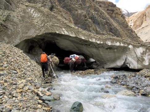 Haute vallée de la Leschun Togpo : le franchissement du névé par la caravane de mules de Donitchen...