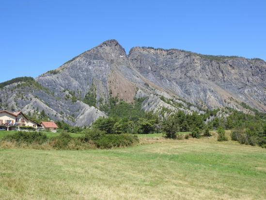 Le sommet de la Viste domine le village de Rousset