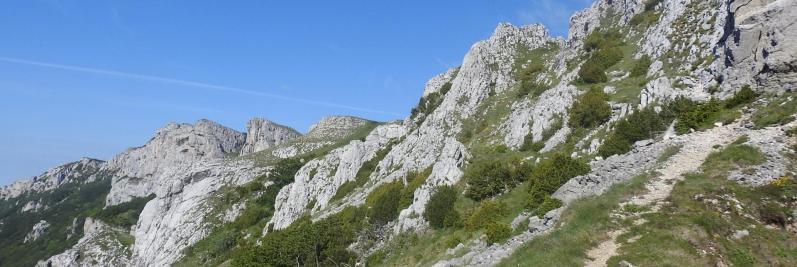 Au col de la Bataille, vue en enfilade des rochers de la Sausse