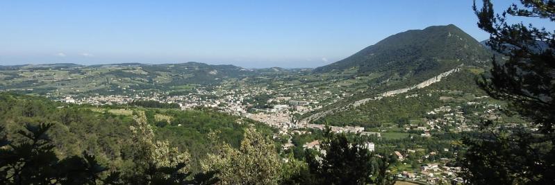 Au départ de Nyons, vue sur la vallée et la montagne des Vaux