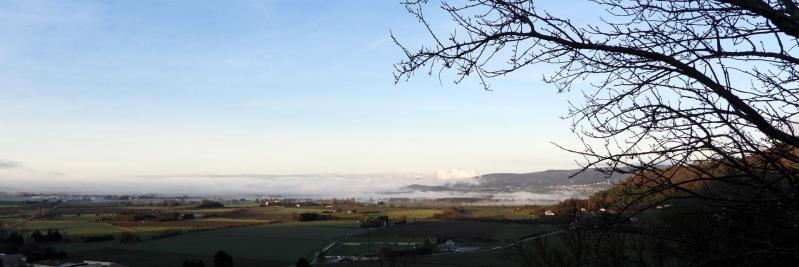 Depuis la montée au Chastelas au-dessus du village de Puy-Saint-Martin, vue sur la Valdaine