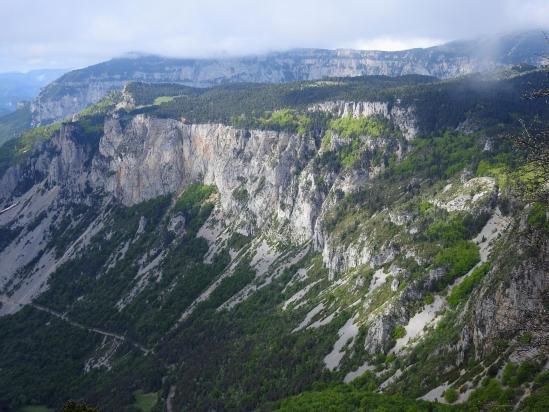Au Pas de la Plane, on domine l'entrée du vallon de Combau