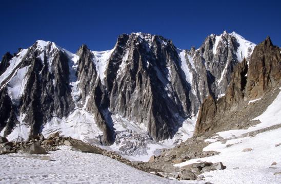 Montée sur le glacier des Améthystes face aux Courtes, aux Droites et à l'Aiguille Verte